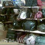 Was packen Damen alles in Handtaschen rein?